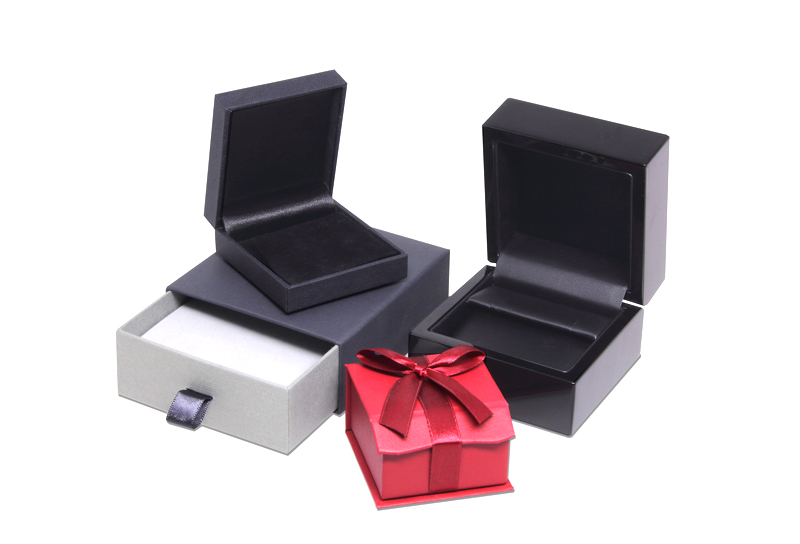 Jewellery packaging LESER - Jewellery cases and boxes. Precious jewellery cases in different sizes and colours for the different jewellery accessories.