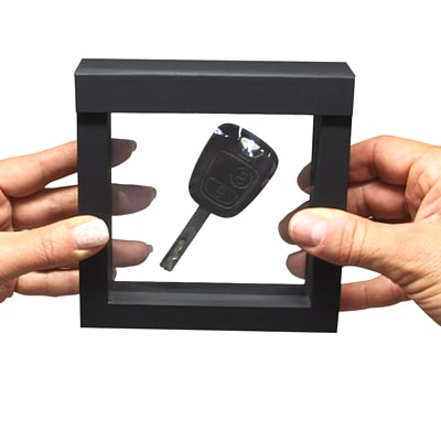 FRAME - Handing over car keys weightlessly to the buyer Step 3